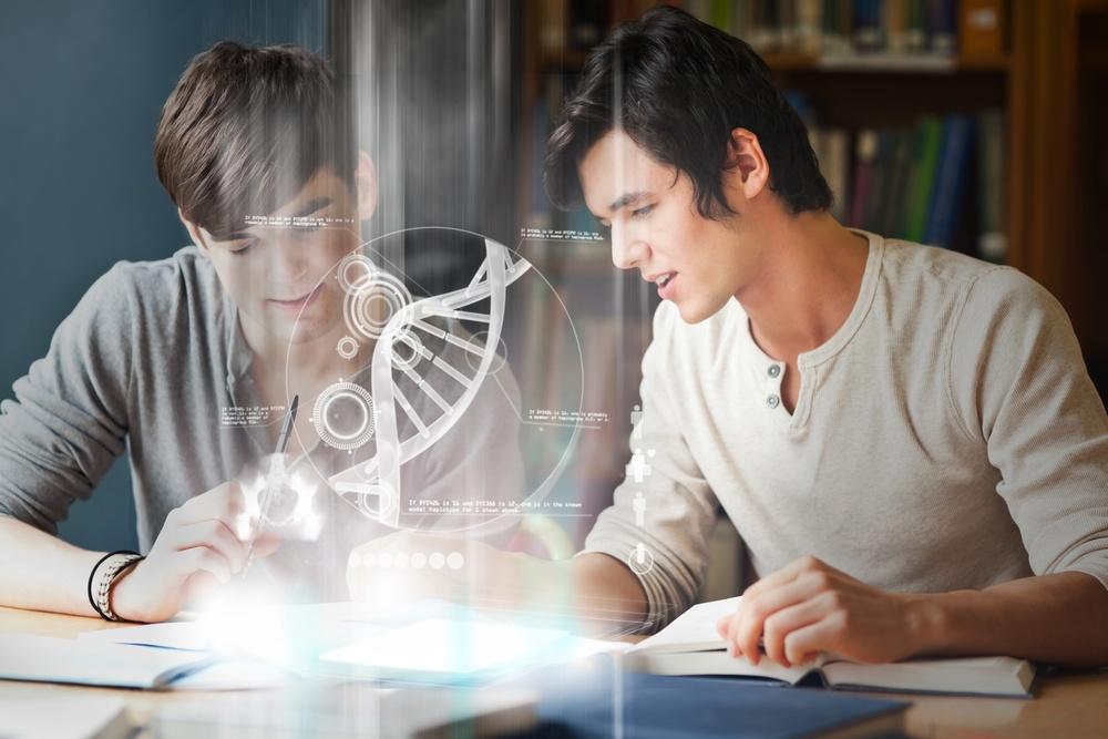 Estudantes da faculdade analisam um DNA na relação digital na biblioteca da universidade