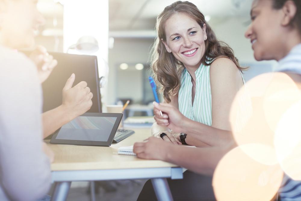 Grupos de pessoas de negócio em reunião no escritório